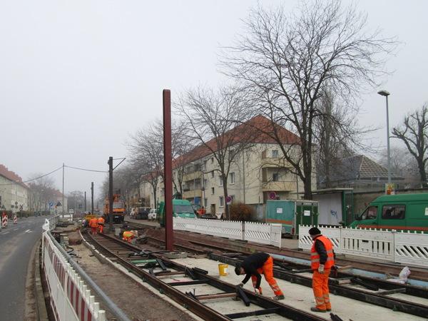 Aufnahme vom 30. November 2016l - Die neuen Oberleitungsmaste für den Fahrdraht der Straßenbahn stehen in Mittellage zwischen den Gleisen im Südring.