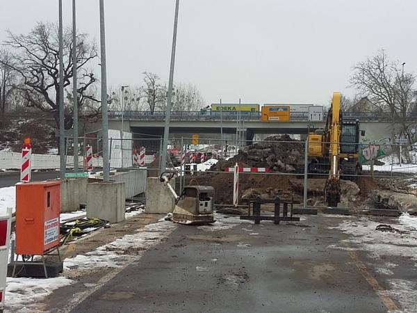 Vorbereitung des Abbruchs der alten Brücke über das Flüsschen Klinke (Aufnahme vom 25.1.2017)