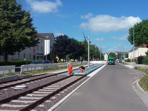 In der Wiener Straße wird das Gleisbett mit Fließ ausgelegt, damit hier später grüner Rasen wachsen kann. (Aufnahme vom 14. Juni 2017)