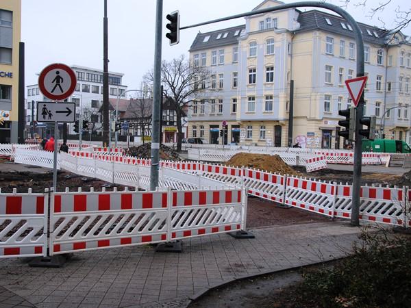 Kreuzung Leipziger Straße / Raiffeisenstraße – Haltestellenbereich, Aufnahme: April 2018