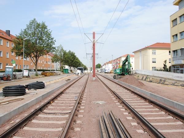 Am linken Rand sind die Umrisse der neuen barrierefreien Haltestelle Raiffeisenstraße zu erkennen
