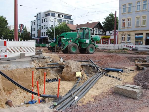 In den anderen Kreuzungsbereichen, wie hier zur Nordseite der Leipziger Straße hin, liegt noch die Verlegung der Versorgungsleitungen (Gas, Wasser..) im Fokus.