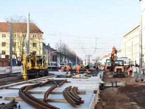 In der Raiffeisenstraße wird der Gleisbau für das Gleisviereck fortgesetzt. (Aufnahme: November 2018)