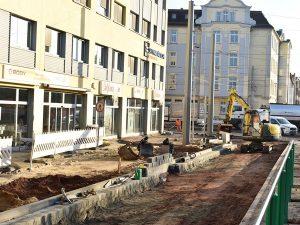 Im Fußwegbereich konnten die Umverlegungen der Versorgungsleitungen abgeschlossen werden. (Foto: November 18)