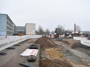 Gut zu erkennen ist im Hintergrund das Edithagymnasium, das mit Eröffnung der neuen Straßenbahnstrecke eine Haltestelle direkt vor der Haustür erhält. (Aufnahme: November 2018)