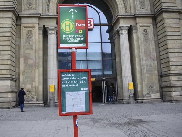 Bereits am Hauptbahnhof wird man auf die Sperrung am Damaschkeplatz hingewiesen. (Aufnahme vom 12.4.2019)