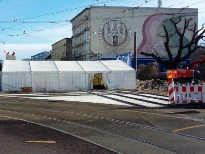 Auch im östlichen Kreuzungsbereich ist der Unterguss, die Betonage und der Ausbau mit Asphalt des Gleisbereiches erfolgt. (Aufnahme vom 28.2.2017)