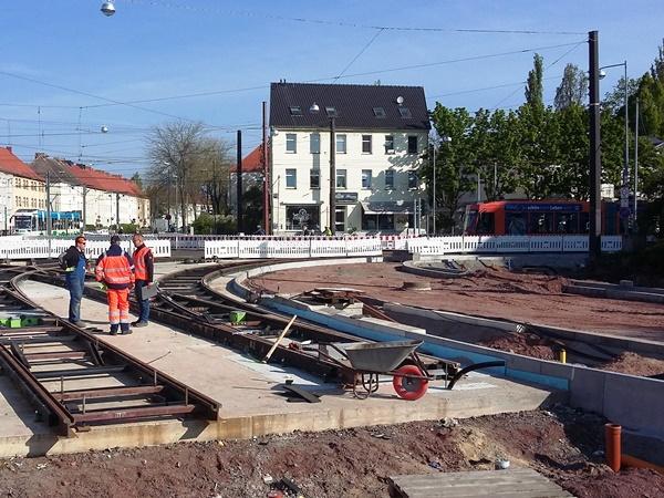 Kreuzung Wiener Straße / Halberstädter Straße / Südring, Standpunkt Wiener Straße: Neue Gleise werden eingebaut. Rechts entsteht die neue Kfz-Fahrbahn.
