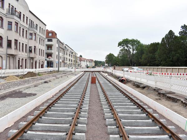 Gleise entlang der Raiffeisenstraße. Links die neuen Parktaschen. (Aufnahme 25.7.2019)