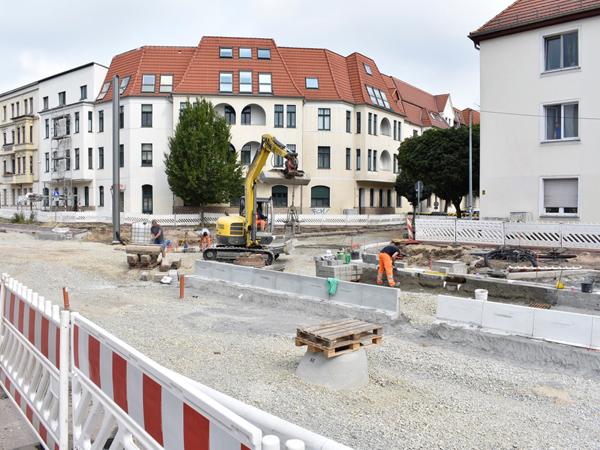 Setzen der Borde in der Raiffeisenstraße.  (Aufnahme 25.7.2019)