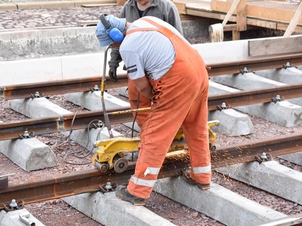 Die verlegten Schienen werden miteinander verschweißt. (Aufnahme 25.7.2019)