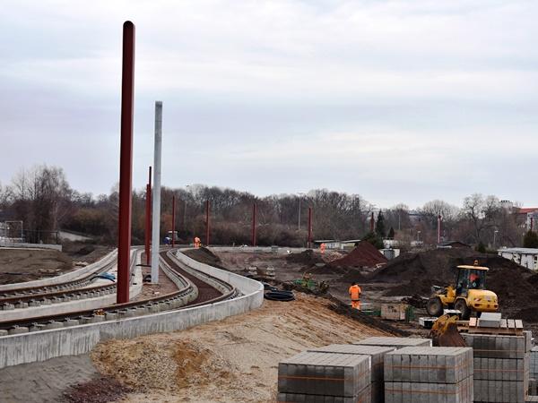 die Schienen liegen und die Borde zur Abgrenzung der Strecken sind auch einbetoniert. (Februar 2019)