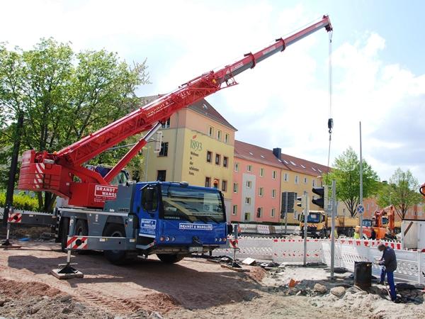 Die Verlegung der Starkstromleitung in der Raiffeisenstraße und im Kreuzungsbereich Leipziger Straße wurde abgeschlossen. (Foto: Ende April 2018)