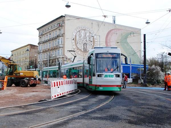 Der moderne Niederflurwagen befährt die neuen Gleise in Richtung Südring.