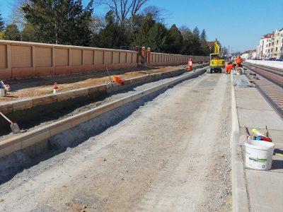 Bauarbeiten für die neue Straßenbahntrasse in der Raiffeisenstr. und Warschauer Straße (Aufnahme: März 2020).