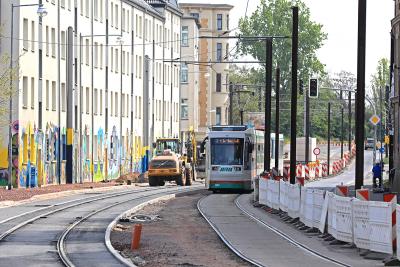 Noch fährt die Bahn auf dem alten Gleis in der Schönebecker Straße. Ab 30. Juni wird gewechselt. (Foto: Peter Gercke, Mai 2020)