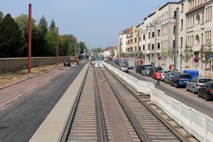 Blick in die Raiffeisenstraße: Die neue Fahrbahn ist fertig. (Foto: Peter Gercke, Mai 2020)