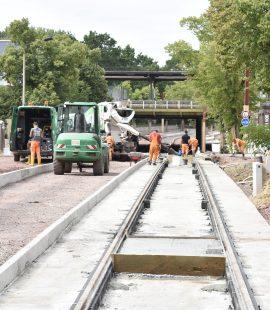 Gleisbauarbeiten vor dem Buckauer Bahnhof. (Foto Juli 2020)