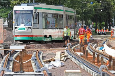 Straßenbahn fährt an Bauarbeiten vorbei