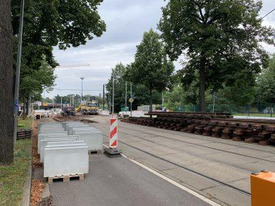 Alte Gleise werden gestapelt.