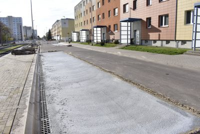 Im Vordergrund ist das Buskap zu sehen. Der graue Belag wurde aufgebracht, um die Straße abzudichten. So können Schadstoffe vom Bus nicht eindringen.