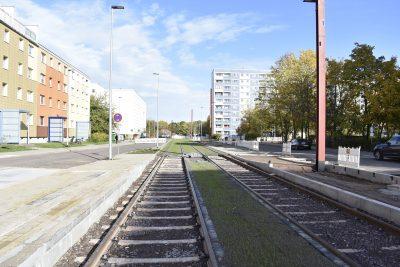 An dieser Haltestelle halten Bus und Straßenbahn. Der Bus links vom Steig, die Bahn rechts davon.