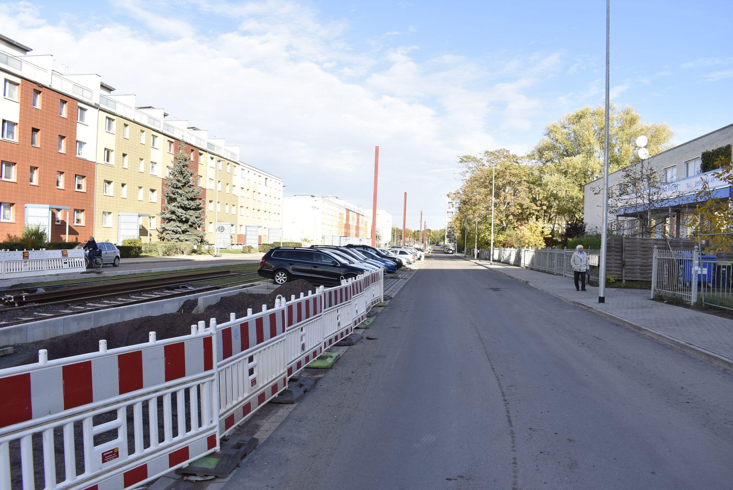 Neue Apshaltdecke und neue Fußwege und Parkplätze für Parallelstraße.