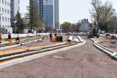 Die Gleise liegen bis kurz vor der Kreuzung.