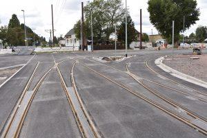 Das neue Gleiskreuz entsteht. Die Verbindung geradeaus ist vorerst gekappt.